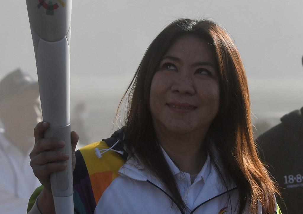 Legenda bulu tangkis Indonesia, Susi Susanti berlari membawa obor Asian Games 2018. (ANTARA FOTO/Zabur Karuru)