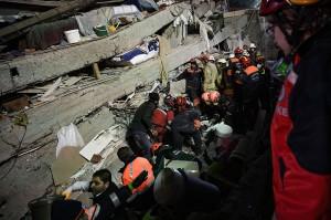 Apartemen 8 Lantai di Istanbul Roboh, 2 Orang Tewas