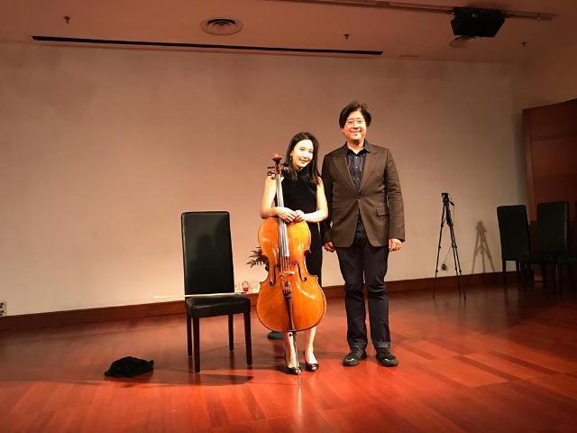 Master Cello asal Korea Selatan Hee Young Lim (kiri) dan Pendiri Shoemaker Studios Prajna Murdaya.