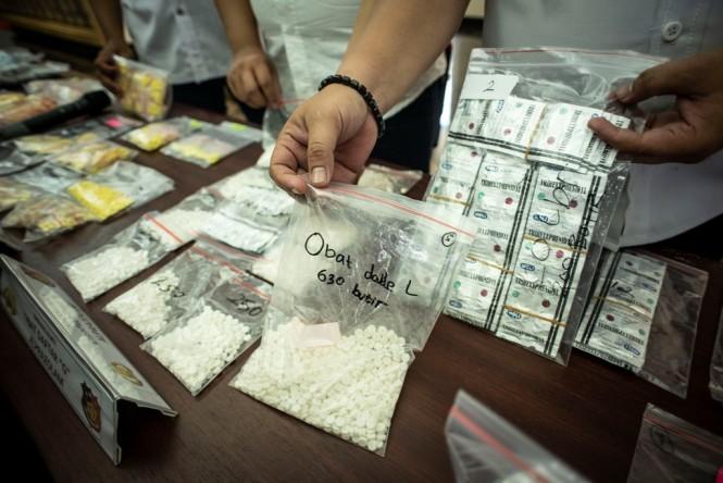 Petugas menunjukkan barang bukti dalam rilis kasus tindak pidana bidang kesehatan dan atau perlindungan konsumen terhadap pelaku usaha yang mengedarkan obat-obatan tanpa izin edar, di Polda Metro Jaya, Jakarta. (Foto: ANTARA/Aprillio Akbar)