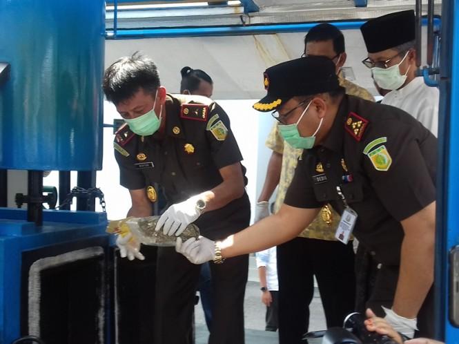 Kajati Kepri Edy Birton memimpin pemusnahan barang bukti di halaman Kejari Batam, Kamis, 7 Februari 2019. Medcom.id/Anwar Sadat Guna