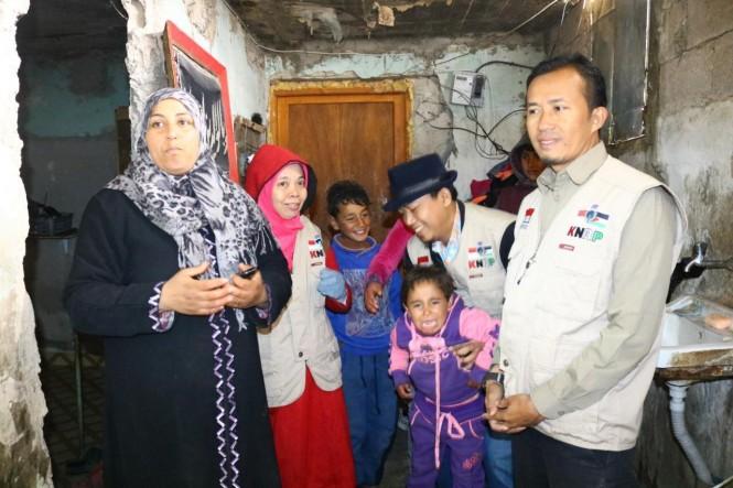 Tim KNRP saat memberikan bantuan ke warga Palestina.