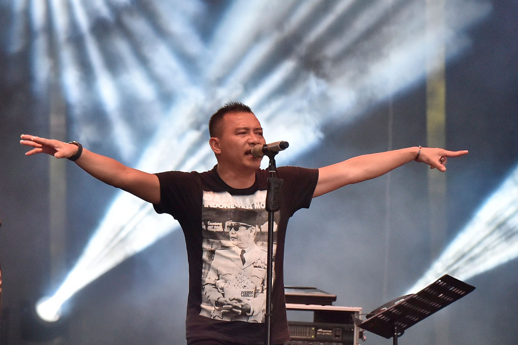 Vokalis grup band Kidnap Katrina Anang Hermansyah beraksi pada acara