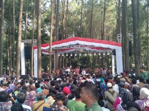 Jokowi Bagikan Sertifikat Tanah Wakaf ke Warga Cianjur