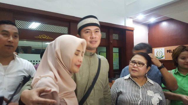 Mandala didampingi keluarga dan kuasa hukum menyerahkan diri ke Kejaksaan Negeri Jakarta Pusat, Jumat (8/2). Foto: Medcom.id/Achmad Zulfikar Fazli