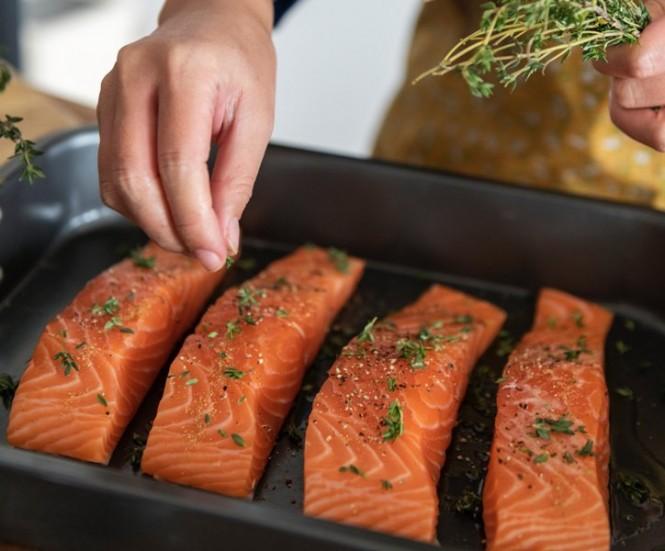 Salmon liar adalah salah satu sumber makanan utama dari lemak sehat (Foto Ilustrasi: Rawpixel/Unsplash.com)