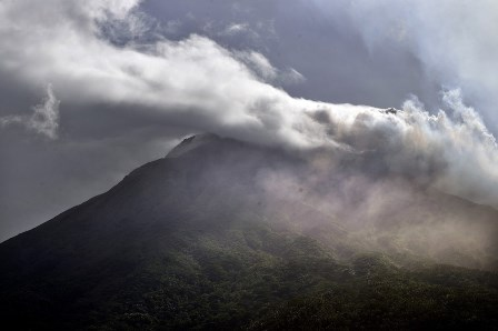 Garis Polisi Dipasangkan di Sekitar Aliran Lava Karangetang