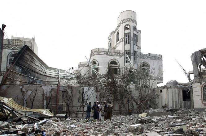 Sebuah rumah yang hancur terkena serangan udara koalisi Arab Saudi di Sanaa, Yaman. (Foto: AFP)