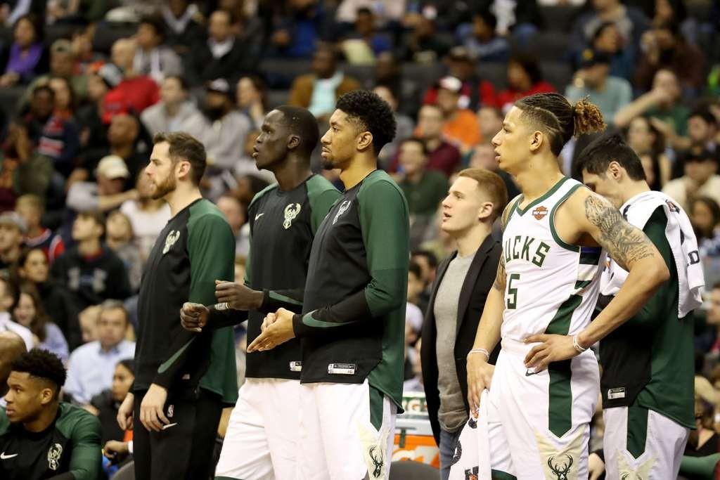 Pemain Milwaukee Bucks tertunduk lesu setelah takluk dari Orlando Magic di markas sendiri (AFP/Rob Carr)
