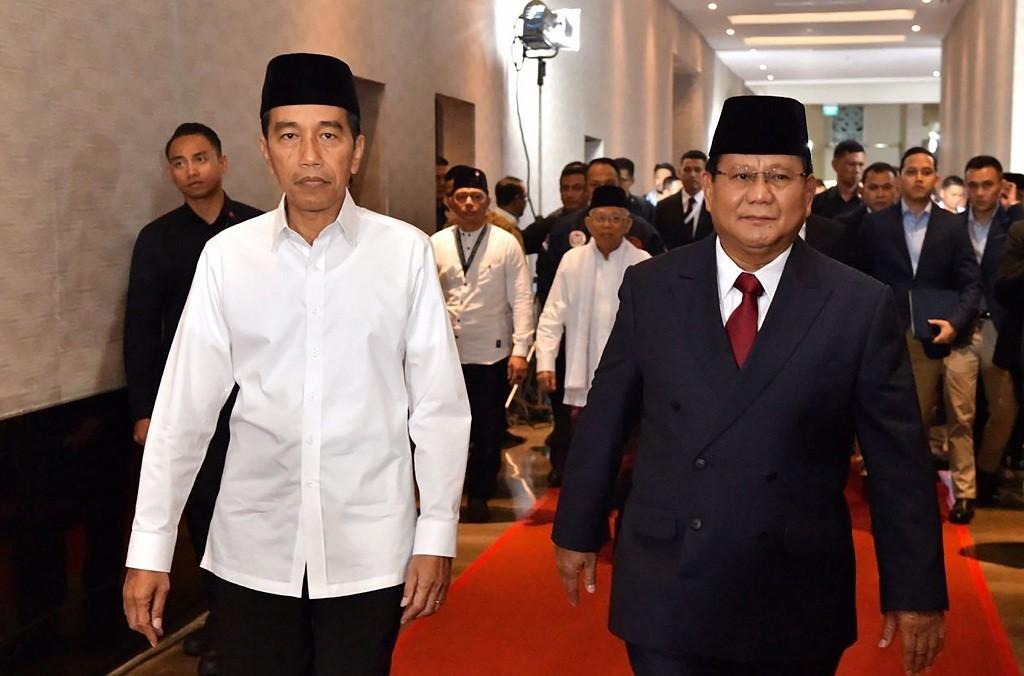 Capres nomor urut 01 Joko Widodo (kiri) berjalan bersama capres no urut 02 Prabowo Subianto. Antara/Agus Suparto.