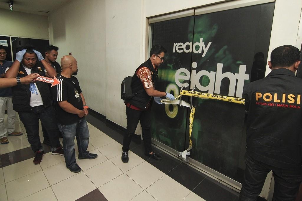 Satgas Antimafia Bola menyegel Kantor PT Liga Indonesia di Rasuna Office Park, Kuningan, Jakarta (Antara Foto/Dhemas Reviyanto)