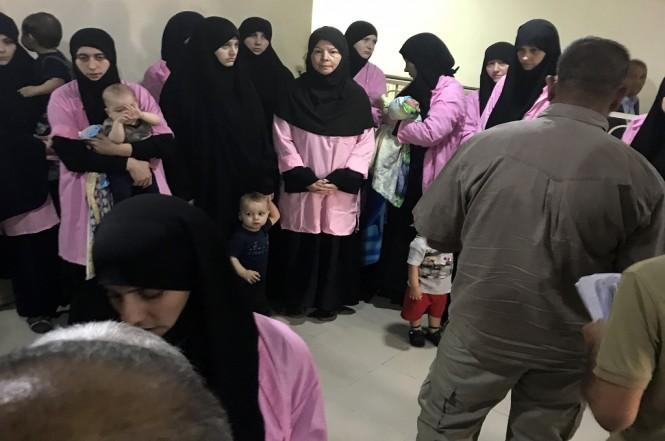 Sejumlah wanita Rusia beserta anak-anak mereka berada di Pengadilan Kriminal Baghdad di Irak, 29 April 2018. (Foto: AFP/AMMAR KARIM)