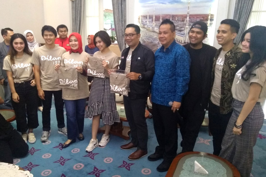 Segenap pemain dan kru film DIlan 1991 bertemu dengan Gubernur Jawa Barat Ridwan Kamil untuk mengumumkan Hari Dilan (Foto: Medcom.id/Purba Wirastama)