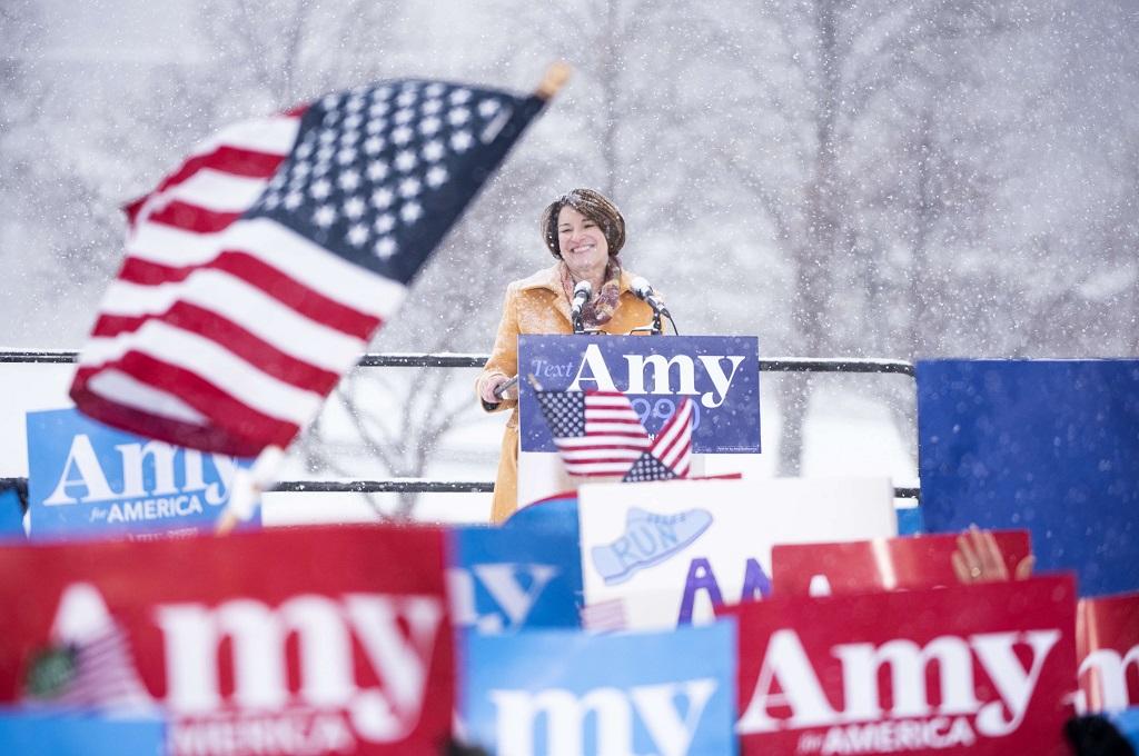 Amy Klobuchar dalam pidato di hadapan ratusan pendukung di Minneapolis, tepatnya di samping Sungai Mississippi, 10 Februari 2019. (Foto: AFP/Getty/Stephen Maturen)