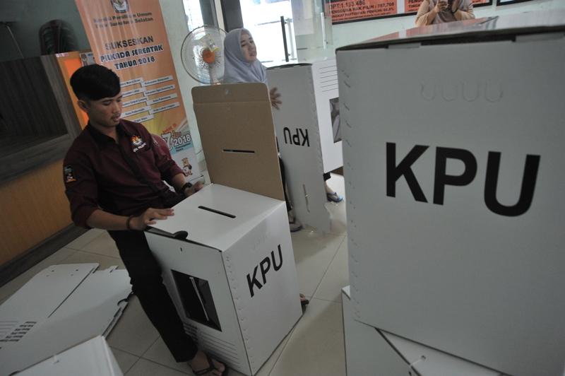 Petugas KPU merakit kotak suara Pemilu. Antara/Feny Selly