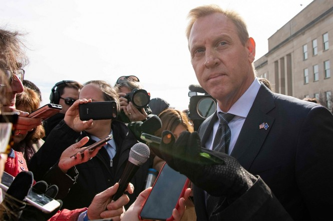 Menhan interim AS Patrick Shanahan (kanan) dikerumuni awak media di Pentagon, Washington, 28 Januari 2019. (Foto: AFP/JIM WATSON)