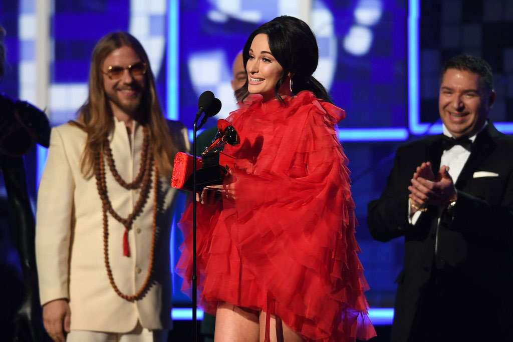 Kacey Musgraves saat menerima trofi Grammy Awards ke-61 di Los Angeles (Foto: Getty Images/Robyn Beck)
