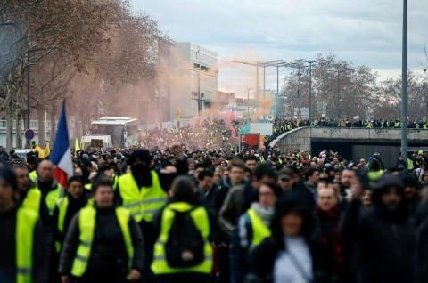 Dua Faksi Rompi Kuning Bentrok di Lyon Prancis