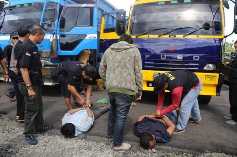 Tim gabungan Badan Narkotika Nasional (BNN), Bea Cukai dan Otoritas pelabuhan Banten, berhasil menangkap dua sopir truk yang diduga sebagai kurir narkotika jenis sabu di Pelabuhan Bandar Jaya, Bojonegara, Kabupaten Serang.