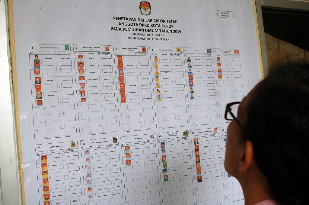 Ilustrasi--Warga melihat foto penetapan daftar calon tetap anggota DPRD Kota Depok pada Pemilu 2019 di Kelurahan Abadijaya, Depok, Jawa Barat. (Foto: MI/Bary Fathahillah)