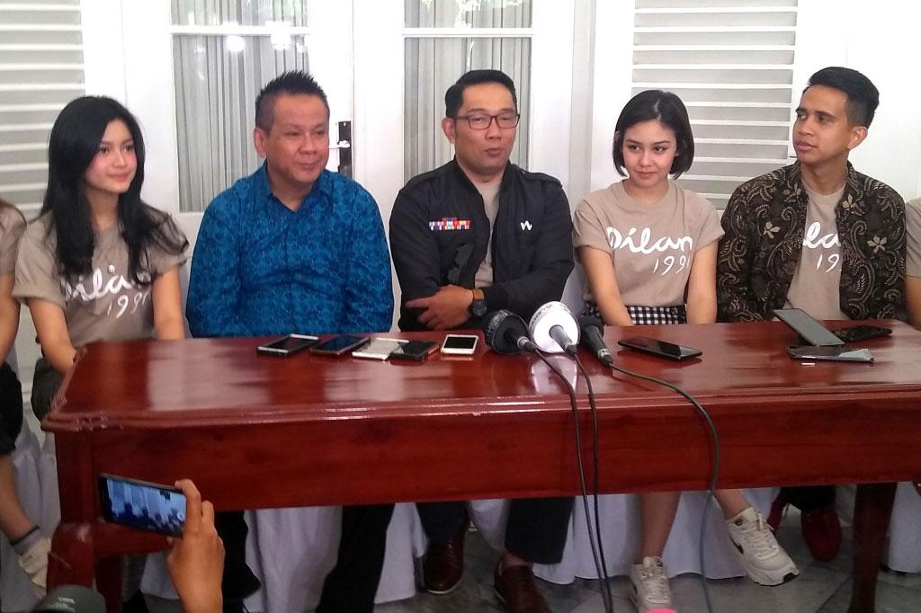 Gubernur Jawa Barat Ridwan Kamil (tengah) bersama pemeran dan tim film Dilan 1991 (Foto: Medcom.id/Purba Wirastama)