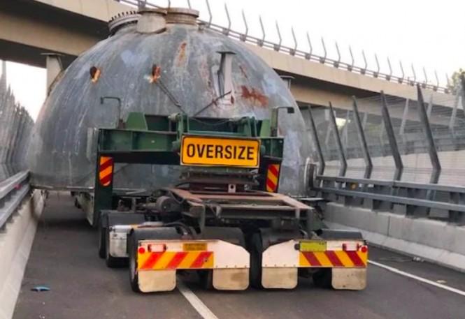Truk yang tersangkut di jalan raya Australia. (Foto: News.com.au).