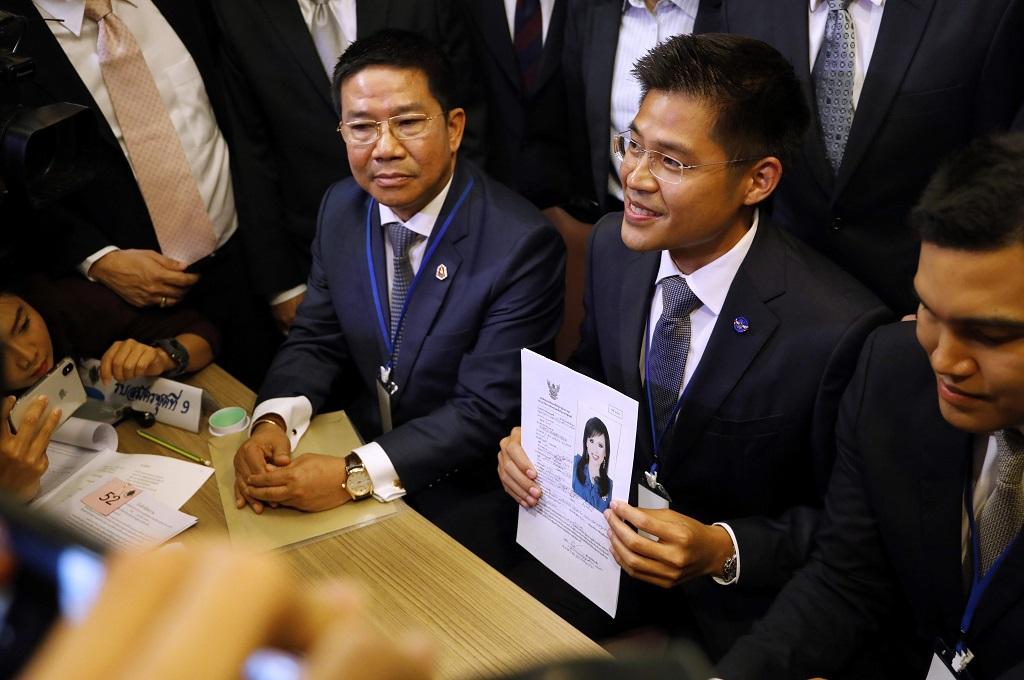 Partai Thai Raksa Chart memperlihatkan dokumen berisi data diri Putri Ubolratana di Bangkok, Thailand, 8 Februari 2019. (Foto: AFP/THAI NEWS PIX/KRIT PHROMSAKLA NA SAKOLNAKORN)