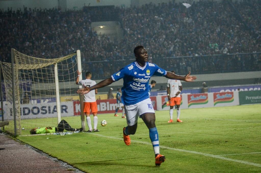Selebrasi Ezechiel Ndouassel saat Persib berhadapan dengan Borneo FC di laga Liga 1 musim 2018 (Foto: ANTARA FOTO/Raisan Al Farisi)