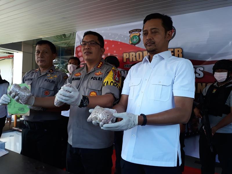 Polisi menangkap kurir narkotika yang membawa 5 ribu pil ekstasi di depan Kantor Kecamatan Batu Ceper, Kota Tangerang.
