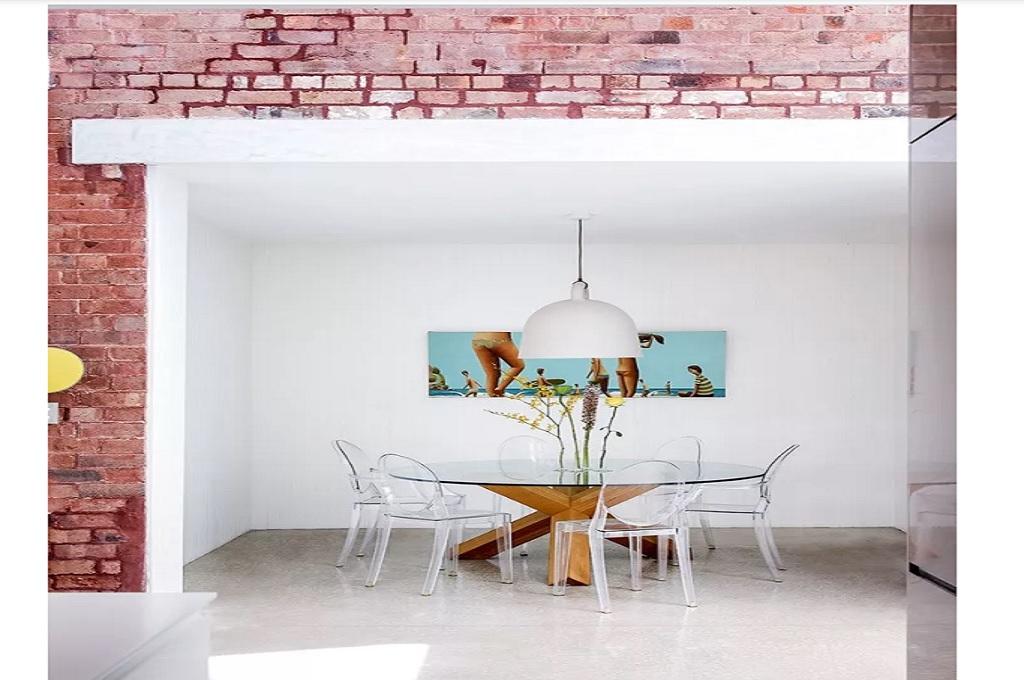 Batu bata pada dinding di ruang makan, Foto: Housebeautiful/Chris Warnes
