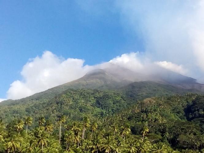 Visual Gunung Karangetang dari kapal Pos Pengamatan Gunung di depan Desa Batubulan, Kabupaten Kepulauan Sitaro, Sulawesi Utara. Istimewa