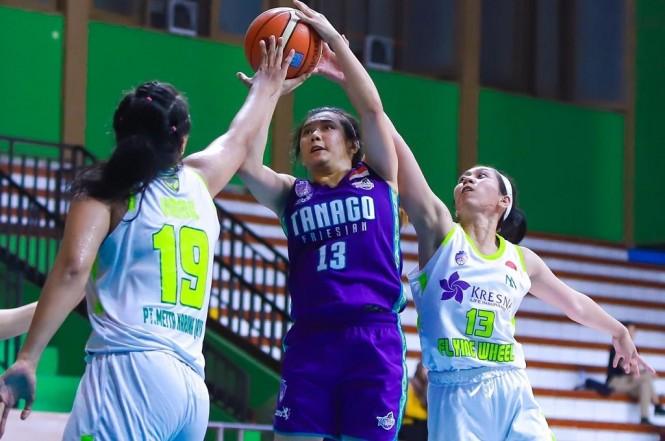 Pebasket putri Tanago Friesian, Christine Aldora Tjundawan, berupaya memasukkan bola ke jaring Flying Wheels Makassar. (Foto: Ist)