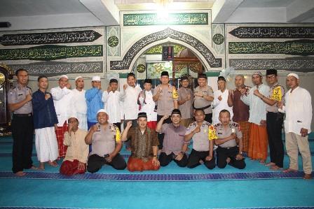 Wakapolres Metro Jakarta Pusat AKBP Arie Ardian bersama warga di Masjid As Syakur. Medcom.id/ Muhammad Syahrul Ramadhan.