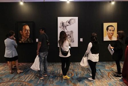 Ilustrasi--Pengunjung mengamati lukisan hasil karya sejumlah seniman pada pameran karya seni lintas generasi. MI/ Pius Erlangga.