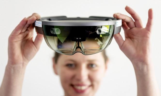 HoloLens kedua disebutkan lebih ringkas dari pendahulunya. (AFP PHOTO / ANP / Robin van Lonkhuijsen / Netherlands OUT)