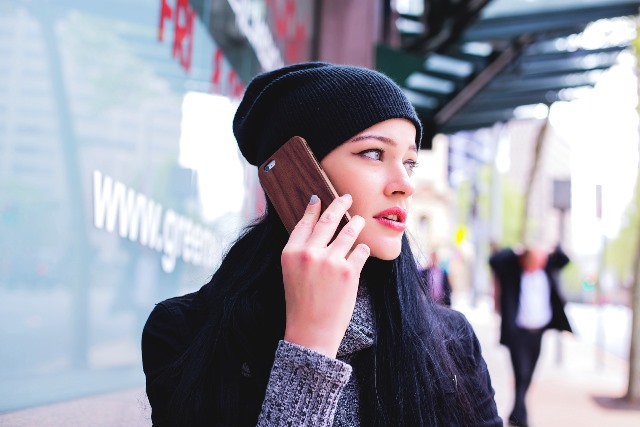 Anak perlu diberitahu aturan sehingga dapat membatasi permintaan akan perhatian orang tua selama menerima panggilan. (Foto: Pixabay.com)