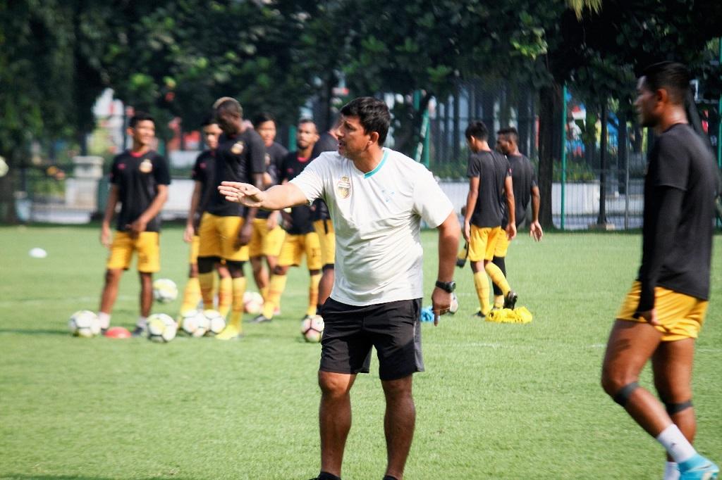 Pelatih Alfredo Vera saat memimpin latihan Bhayangkara FC di Lapangan ABC, Senayan, Jakarta, Selasa (12/2) (Ist)