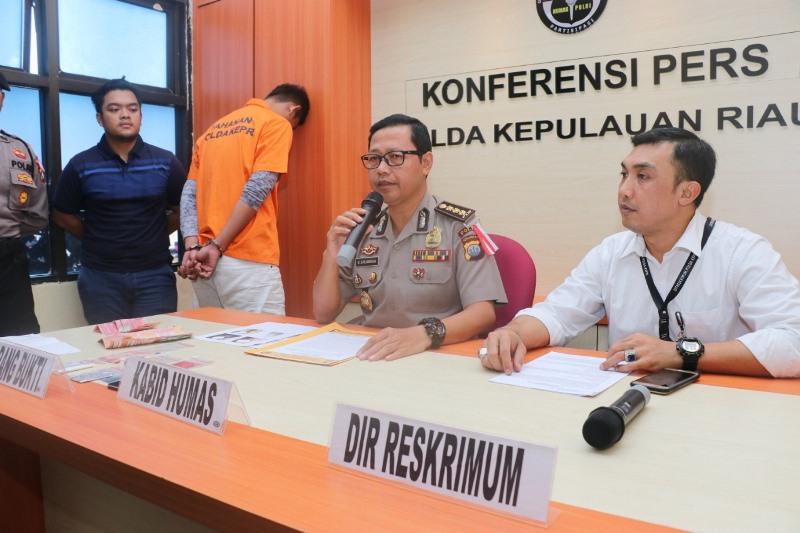 abid Humas Polda Kepri Kombes Pol S Erlangga memberikan keterangan pers pengungkapan prostitusi online, di Mapolda Kepri, Senin, 11 Februari 2019.
