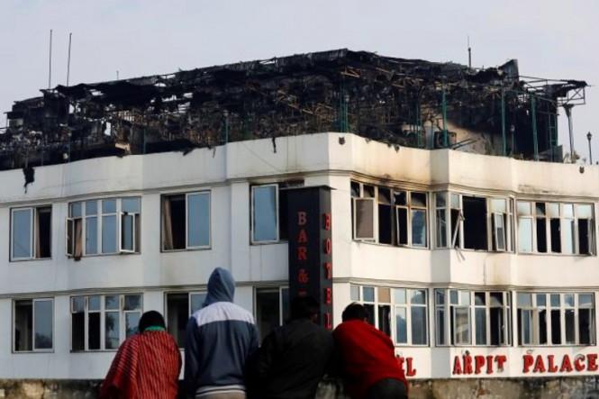 Hotel Arpit yang terbakar di India. (Foto: AFP).
