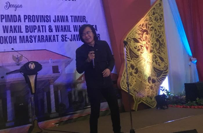 Ari Lasso saat tampil pada acara perpisahan Soekarwo-Saifullah Yusuf sebagai Gubernur dan Wakil Gubernur Jatim di Gedung Negara Grahadi, Surabaya, Senin malam, 11 Februari 2019. (Medcom.id/Amal).