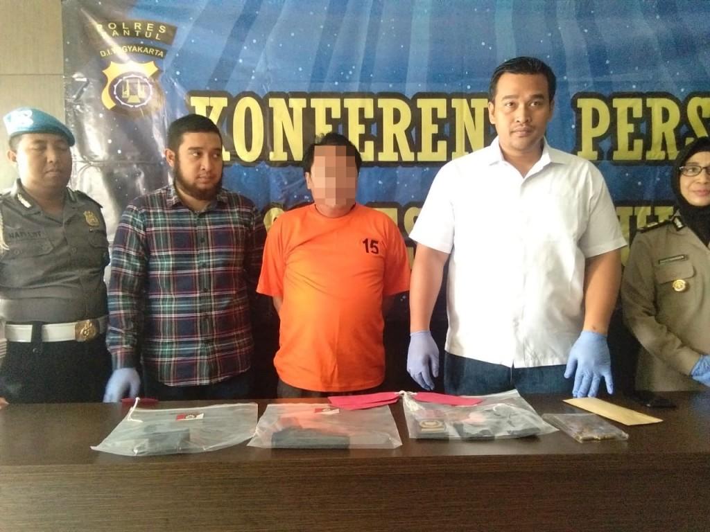 Johanes Tripawono (berbaju oranye) warga Tangerang yang mengaku jenderal dan membawa senjata api. Medcom.id/Ahmad Mustaqim