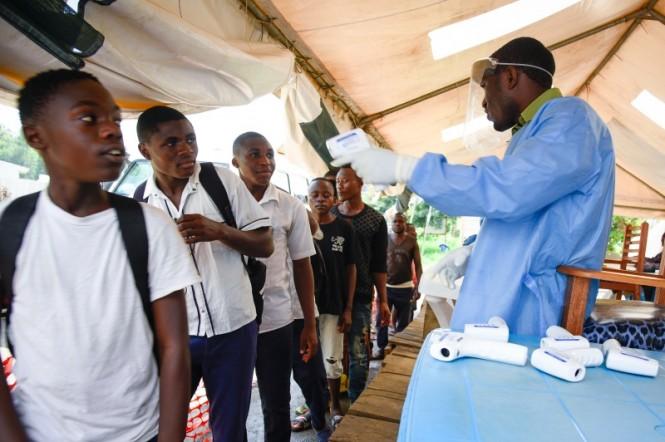 Pemeriksaan suhu tubuh warga di Kongo guna mengantisipasi wabah Ebola. (Foto: AFP).