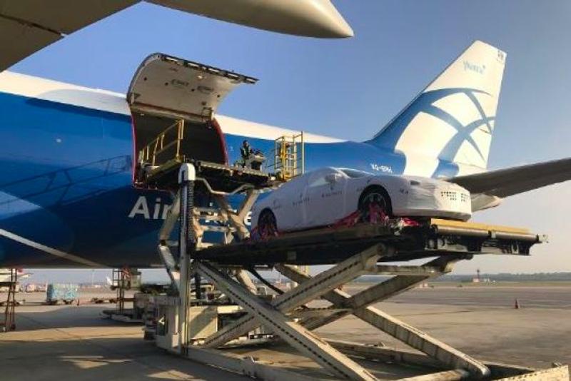 Mobil mewah Maserati yang diimpor oleh Papua Nugini dari Italia. (Foto: AirBridge Cargo Airlines).