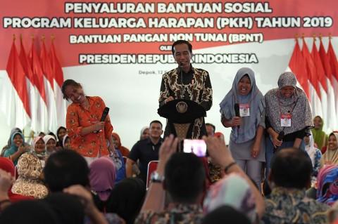 Jokowi Serahkan Bantuan PKH ke Warga Depok