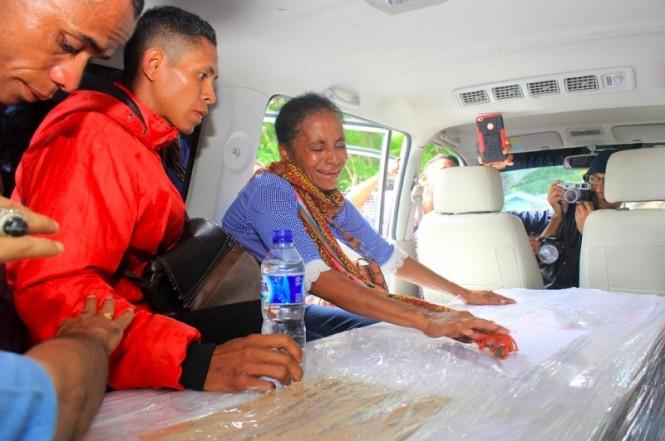 Keluarga menyambut jenazah Adelina Sau, TKI yang meninggal di Malaysia. (Foto: Palce Amalo/MI).