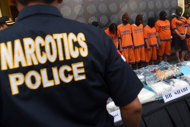 Ilustrasi: Polisi mengatur barang bukti narkoba jenis sabu serta sejumlah tersangka saat gelar sejumlah kasus penyalahgunaan narkoba di halaman Mapolda Jawa Timur. Foto: Antara/Zabur Karuru
