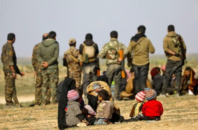 Warga Suriah yang mengungsi di balik pasukan SDF di Baghouz. (Foto: AFP).