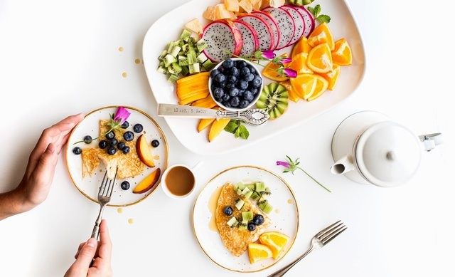 Gaya hidup sehat juga memiliki peran utama dalam menjaga tubuh kuat. (Foto: Brooke Lark/Unsplash.com)