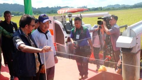 Sultan Brunei Panen Padi Asal Indonesia