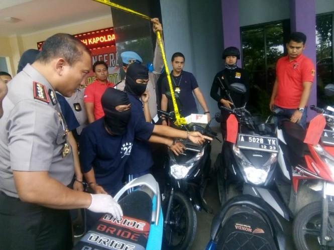 Kepolisian resor kota (Polresta) Tangerang, menggulung tiga pelaku perampokan menggunakan senjata api yang kerap beraksi di wilayah Tangerang.